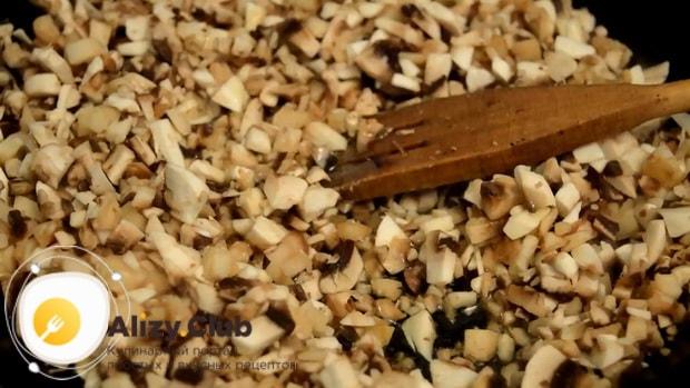 Для приготовления блинов с курицей и грибами обжарьте грибы