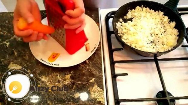 Для приготовления блинов с куриной печенью, натрите морковь