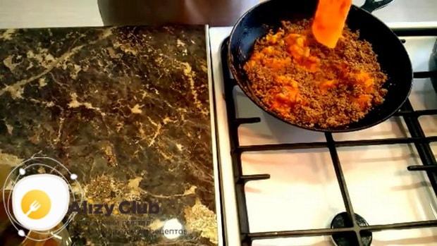 Для приготовления блинов с куриной печенью, смешайте ингредиенты
