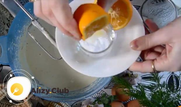 В небольшую емкость выжимаем сок с половины лимона