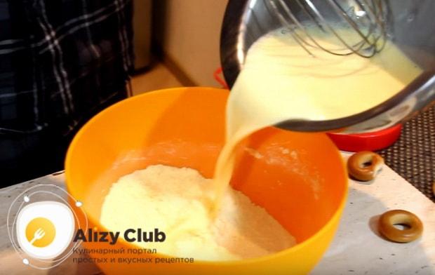 Полученную яично-молочную смесь переливаем в миску с сухими компонентами