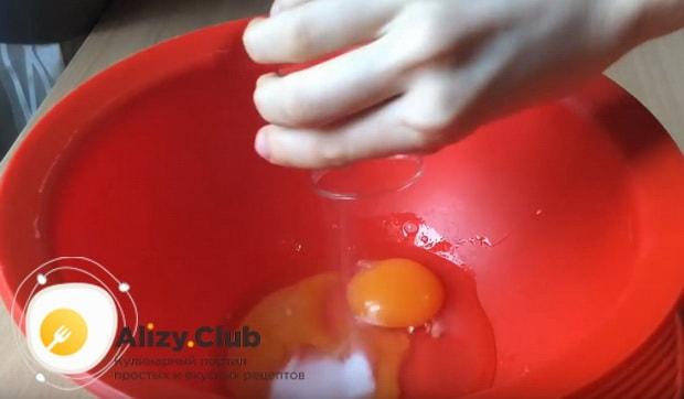 В глубокую миску разбиваем два куриных яйца