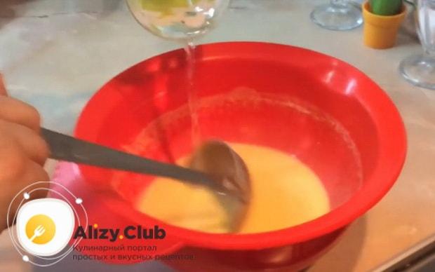 вливаем воду в тесто