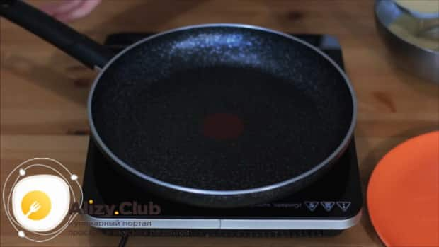 Для приготовления блинов на рисовой муке разогрейте сковородку