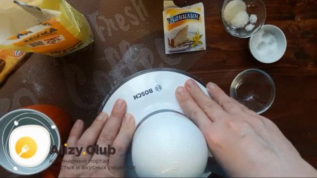 Для приготовления блинов из рисовой муки на молоке смешайте ингредиенты