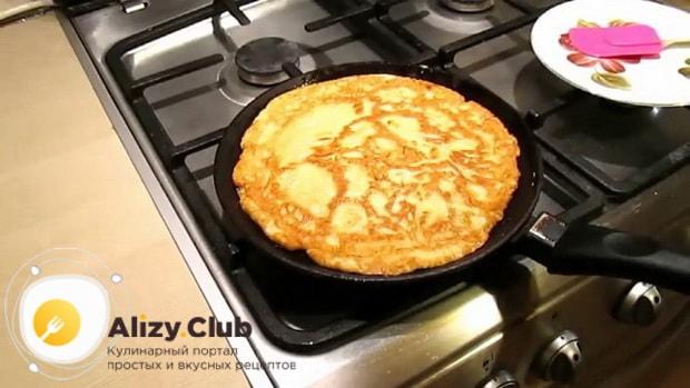 По рецепту для приготовления блинчиков с картошкой и грибами, обжарьте блины