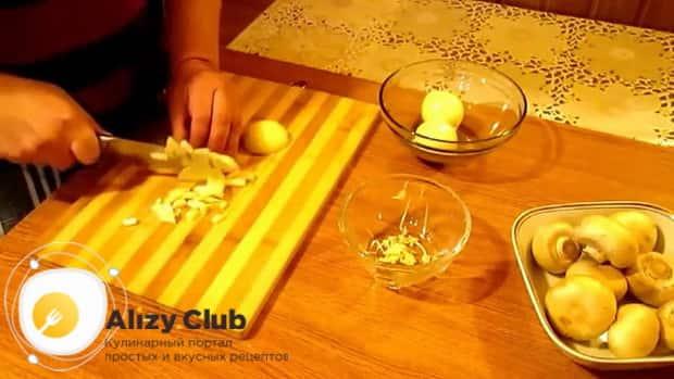 По рецепту для приготовления блинчиков с картошкой и грибами, нарежьте лук