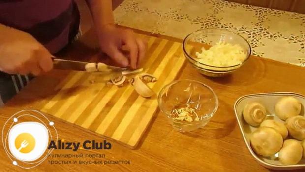 По рецепту для приготовления блинчиков с картошкой и грибами, нарежьте грибы