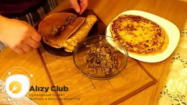 По рецепту для приготовления блинчиков с картошкой и грибами, выложите начинку на блины