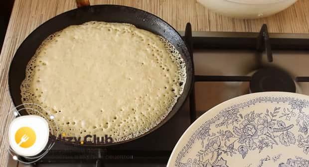 Для приготовления блинов на сухих сливках обжарьте тесто