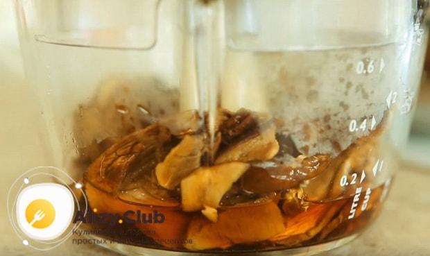 Заливаем водой сушеные грибы