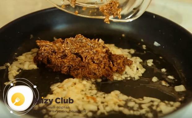 Закрываем по рецепту на зиму грибную икру перекрученную через мясорубку