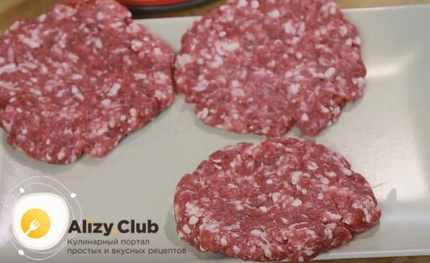 Чтобы приготовить гамбургер, как в МакДональдсе, по этому рецепту, формируем круглые котлетки и, сложив их на пергамент, отправляем в холодильник.