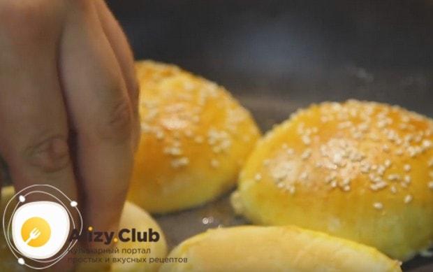 Перед тем как сделать бургер в домашних условиях, разрезанную пополам булочку слегка поджариваем с одной стороны на сухой сковороде.