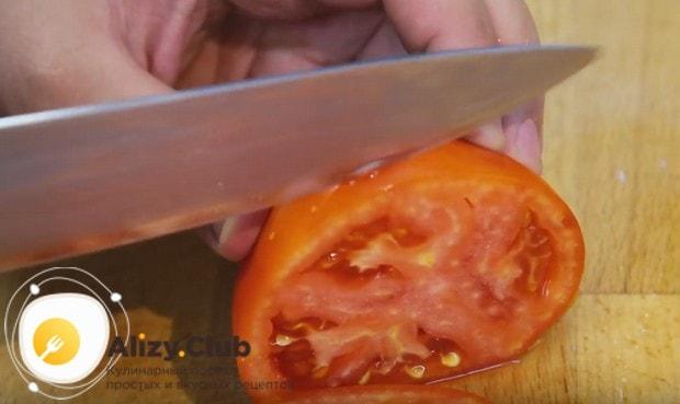 Кружочками нарезаем помидор.