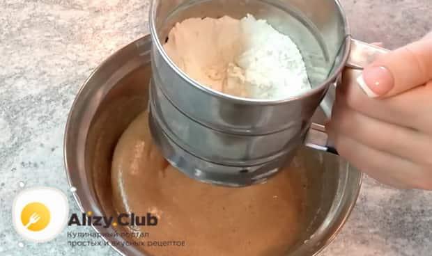 Для приготовления быстрого пирога в микроволновке добавьте муку