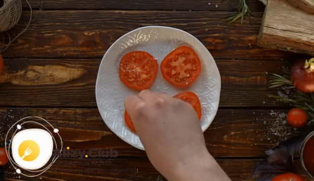 Для приготовления чак ролл стейка нарежьте помидоры