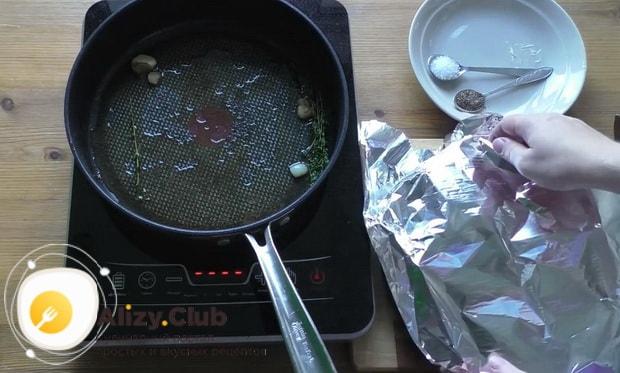 Для приготовления чак ролл стейка накройте мясо фольгой