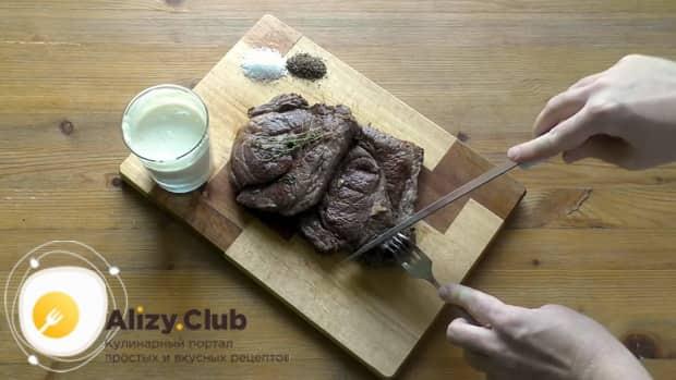 Для приготовления чак ролл стейка нарежьте мясо