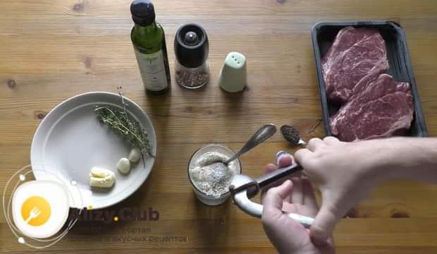 Для приготовления чак ролл стейка добавьте в чеснок сметану