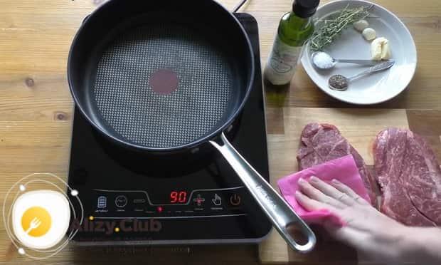 Для приготовления чак ролл стейка разогрейте сковородку