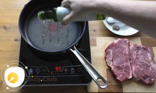 Для приготовления чак ролл стейка добавьте масло