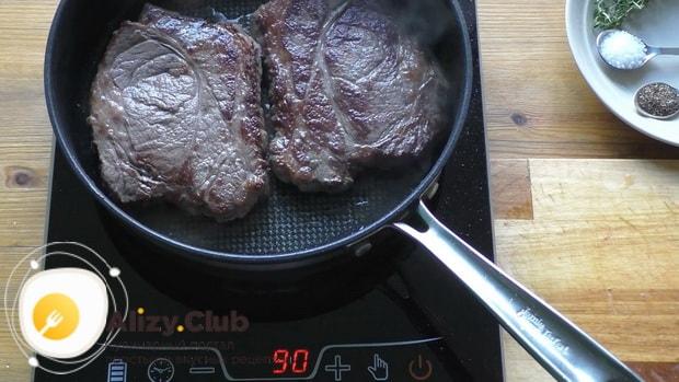 Для приготовления чак ролл стейка добавьте сливочное масло