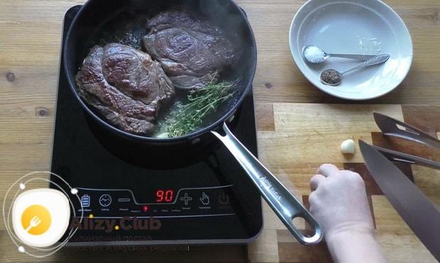 Для приготовления чак ролл стейка добавьте размарин