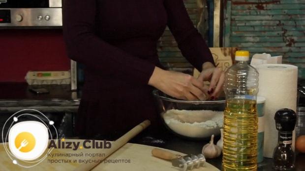 Для приготовления дагестанского хинкала, по рецепту, просейте муку