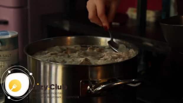 Для приготовления дагестанского хинкала, по рецепту, отварите бульон