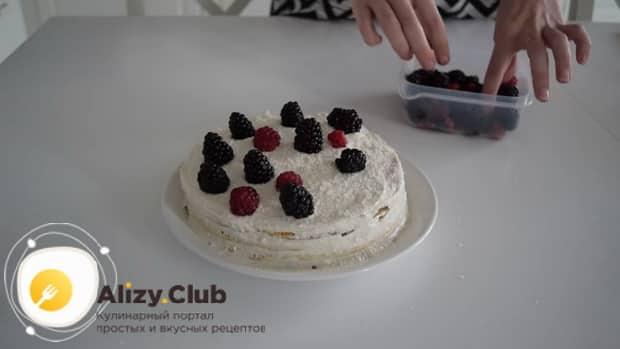 Для приготовления диетического торта. выложите ягоды
