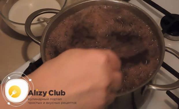 По рецепту для приготовления киселя из замороженных ягод с крахмалом отварите ингредиенты