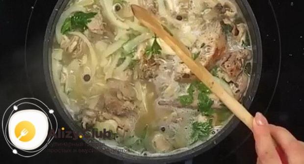 По рецепту для приготовления фрикасе из кролика приготовьте ингредиенты