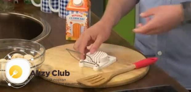 По рецепту для приготовления фрикасе из кролика нарежьте грибы