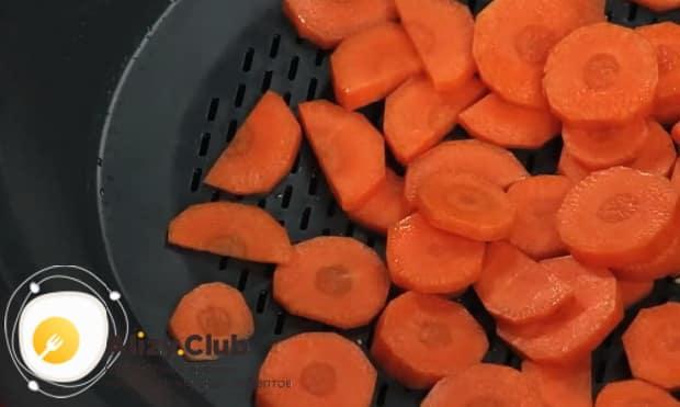 Для приготовления фрикасе из кролика с грибами, бланшируйте морковь