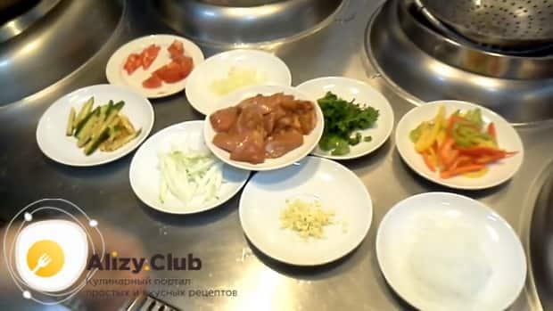 По рецепту для приготовления фунчозы с курицей и овощами. нарежьте ингредиенты