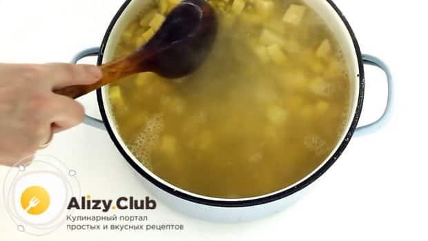 По рецепту для приготовления горохового супа с колбасой, отварите каритоыель