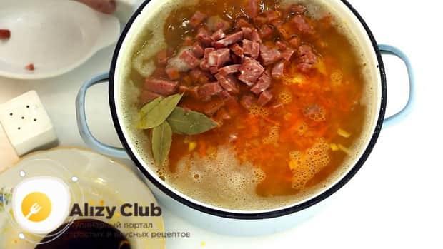 По рецепту для приготовления горохового супа с колбасой, добавьте зажарку в кастрнюлю