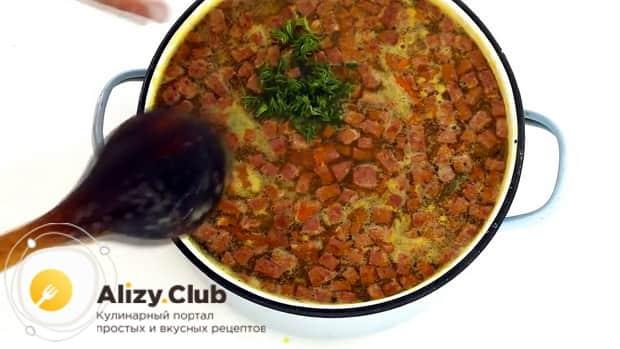 По рецепту для приготовления горохового супа с колбасой, нарежьте зелень