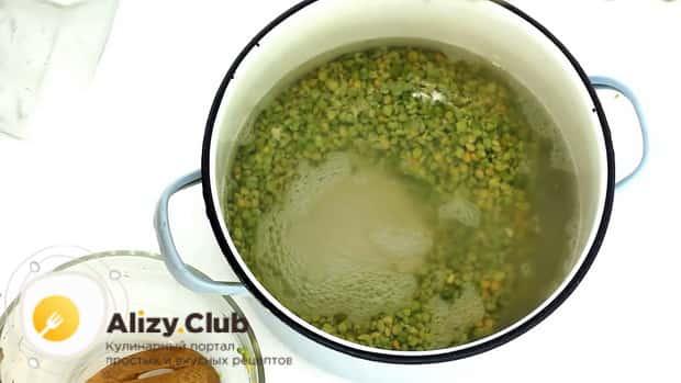 По рецепту для приготовления горохового супа с колбасой, поставьте варится ингредиенты