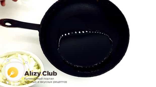 По рецепту для приготовления горохового супа с колбасой, разогрейте сковородку