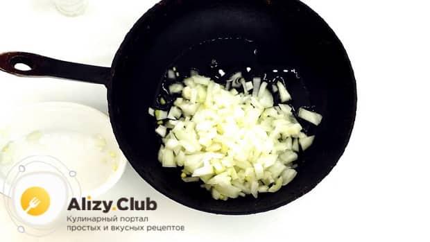По рецепту для приготовления горохового супа с колбасой, обжарьте лук