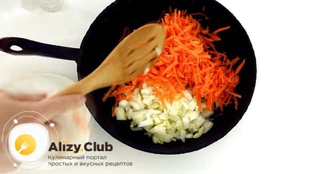 По рецепту для приготовления горохового супа с колбасой, обжарьте морковь