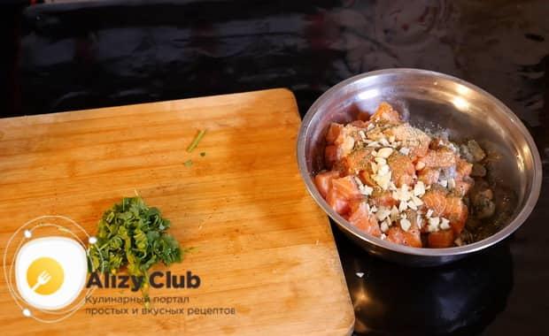 Для приготовления салата с кальмарами и креветками, нарежьте зелень