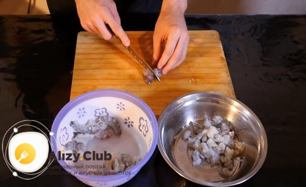 Для приготовления салата с кальмарами и креветками, нарежьте креветки