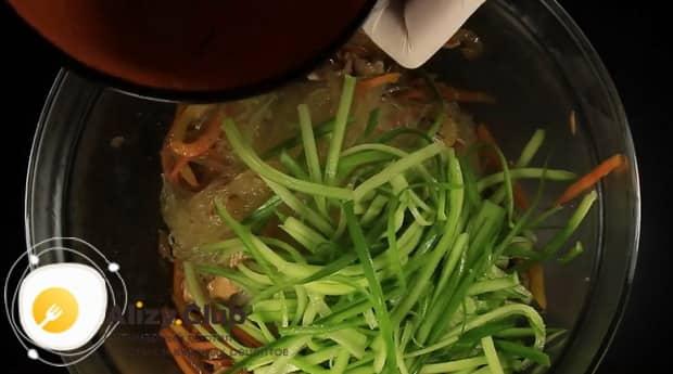 По диетическому рецепту для приготовления фунчозы с курицей и овощами, нарежьте огурцы