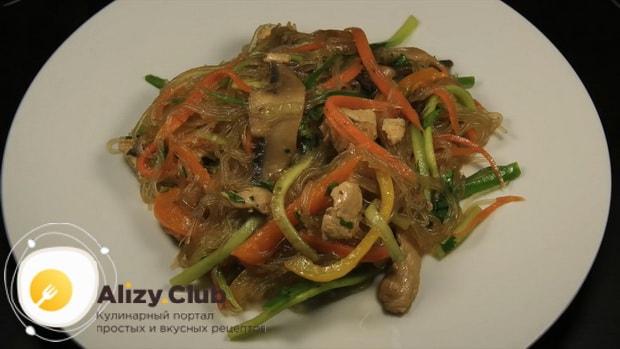 По диетическому рецепту для приготовления фунчозы с курицей и овощами, подготовьте ингредиенты