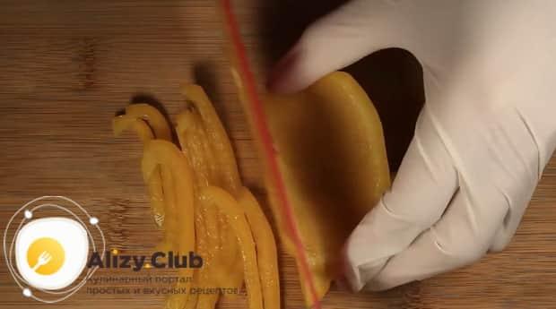 По диетическому рецепту для приготовления фунчозы с курицей и овощами, нарежьте перец