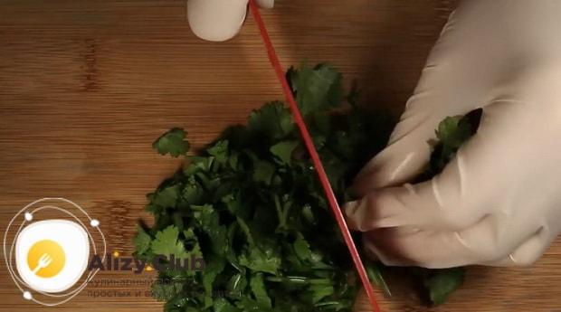 По диетическому рецепту для приготовления фунчозы с курицей и овощами, нарежьте зелень
