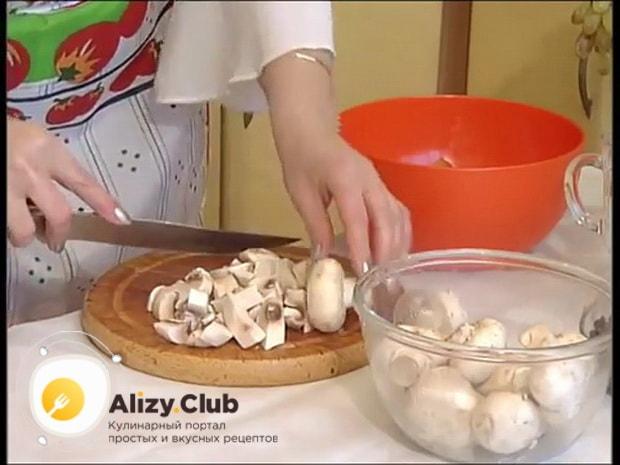 Для приготовления гречки с курицей и грибами, нарежьте ингредиенты